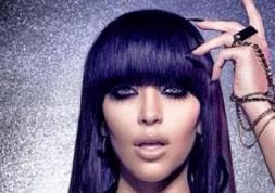 Kim Kardashian présente ses lentilles de couleur vertes !