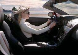 Ces femmes qui ne portent pas leurs lunettes au volant par coquetterie