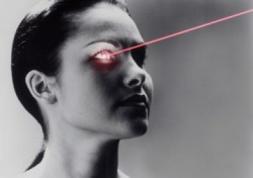 Changer la couleur des yeux au laser : Une innovation controversée