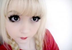 Les lentilles de couleur de Venus Angelic, une poupée vivante…