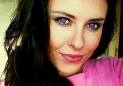 Des lentilles violettes pour un regard glamour