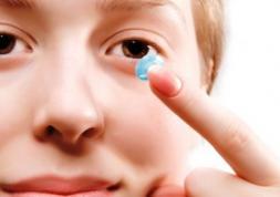 Comment retirer une lentille coincée dans l'œil ?