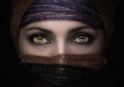 Site islamiste : les lentilles cosmétiques interdites par Allah !
