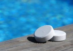 Le chlore de piscine peut-il provoquer des lésions oculaires ?