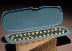 La pilule contraceptive incompatible avec les lentilles de contact ?