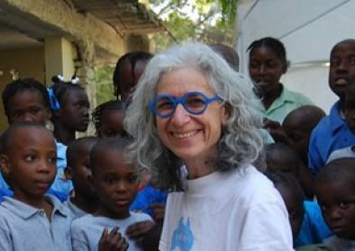 Les lunettes bleues, nouveau symbole de l'action humanitaire